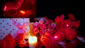 Valentine-decoratielengte van bloem, giftdozen, impuls en kaars het branden stock videobeelden