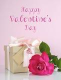 Valentine dentellent le cadeau avec le texte rose et témoin Photographie stock libre de droits