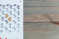 Valentine& x27; dia de s cartão branco com os corações cortados e envelope dourado na tabela de madeira, exposição do produto Fotografia de Stock