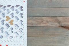 Valentine& x27; dia de s cartão branco com os corações cortados e envelope dourado na tabela de madeira, exposição do produto Fotografia de Stock Royalty Free