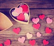 Valentine dnia serce na drewnianym tle tonował z retr Fotografia Stock
