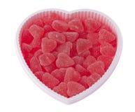 Valentine& x27; el día de s, caja en forma de corazón del cumpleaños llenó de los corazones rojos de la fresa Fotos de archivo libres de regalías