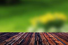Valentine en bois colorée de fond de tache floue de fleur de coeur de table colorée de vert bleu de ciel bleu de table de barrièr Images libres de droits