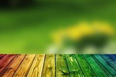 Valentine en bois colorée de fond de tache floue de fleur de coeur de table colorée de vert bleu de ciel bleu de table de barrièr Photo libre de droits