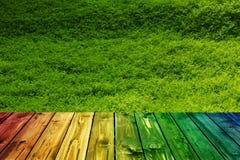 Valentine en bois colorée de fond de tache floue de fleur de coeur de table colorée de vert bleu de ciel bleu de table de barrièr Photos libres de droits