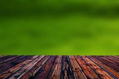 Valentine en bois colorée de fond de tache floue de fleur de coeur de table colorée de vert bleu de ciel bleu de table de barrièr Photos stock