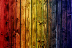 Valentine en bois colorée de fond de tache floue de fleur de coeur de table colorée de vert bleu de ciel bleu de table de barrièr Image libre de droits
