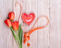 Valentine en forme de coeur rouge avec des tulipes Image stock