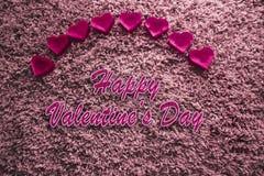 Valentine& feliz x27; dia de s com fundo cor-de-rosa dos corações acima foto de stock