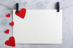 Valentine, fond d'amour avec le papier et coeurs sur une corde Photo libre de droits