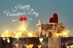 Valentine& x27 ; fond de jour de s Avion en bois de jouet avec le coeur au-dessus de vieux livres Photos libres de droits