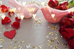Valentine& x27; fondo romantico di giorno di s con il bello mazzo delle rose sulla tavola di legno Fotografia Stock
