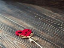 Valentine Gift förälskelsehjärta över mörk träbakgrund Arkivbilder