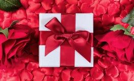 Valentine Gift med hjärtor och rosor i bakgrund Royaltyfri Foto