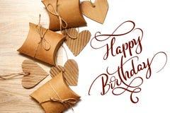 Valentine Gift och hjärta på den vita lyckliga födelsedagen för bakgrund och för text Kalligrafibokstäver Fotografering för Bildbyråer