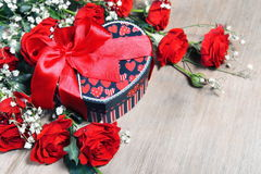 Valentine Gift and Roses Royalty Free Stock Photos