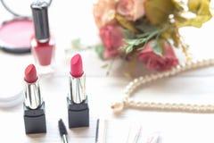 Valentine Gift Strumenti fondo dei cosmetici di trucco e cosmetici di bellezza, prodotti e rossetto facciale del pacchetto dei co immagini stock libere da diritti