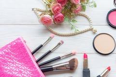 Valentine Gift Strumenti fondo dei cosmetici di trucco e cosmetici di bellezza, prodotti e rossetto facciale del pacchetto dei co fotografia stock libera da diritti