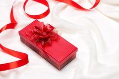 Valentine-giftdoos Rode lintboog huidig met rode rozen op HOL Stock Afbeeldingen