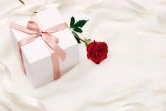 Valentine-giftdoos Rode lintboog huidig met rode rozen op HOL Royalty-vrije Stock Fotografie