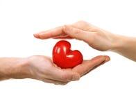 Valentine Heart i händer royaltyfri fotografi