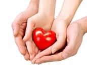 Valentine Heart i man- och kvinnahänder Royaltyfri Bild