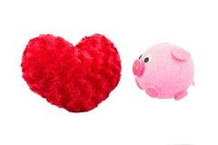 Valentine Heart Made Out de las rosas de la almohada y del cerdo rosado Imagen de archivo libre de regalías
