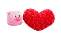 Valentine Heart Made Out de las rosas de la almohada y del cerdo rosado Foto de archivo libre de regalías