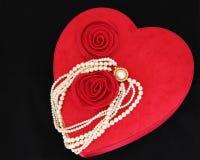 Valentine Heart mit Perlen-Halskette lizenzfreies stockbild
