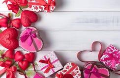 Valentine Heart Shape Gift Box, cuore rosso della forma su legno Fotografie Stock