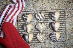 Valentine Heart Shaped Cookies na cremalheira foto de stock royalty free