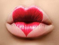 Valentine Heart sur de belles lèvres femelles Baiser doux Maquillage d'amour pour le jour de Valntines Coeur mignon de forme Symb Image libre de droits