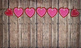 Valentine Hearts Hanging From Twine sur un fond en bois Photo libre de droits