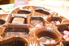 Valentine-het binnenland van de chocoladedoos met het grootste deel van suikergoed gegaane maar roze rond verspreide geleibonen e royalty-vrije stock afbeeldingen