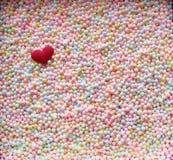 Valentine-het concept van de dagliefde Rood Hert met FOA van het Pastelkleurpolystyreen Stock Foto's