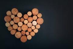 Valentine-het hart van wijn kurkt op achtergrond stock afbeeldingen