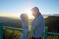 Valentine heureux : amants parmi le brouillard et le soleil scéniques de montagne photos libres de droits