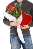 Valentine : Homme anonyme avec des cadeaux de sucrerie et de fleurs photo libre de droits