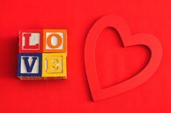 Valentine& x27 ; jour de s Amour écrit avec les blocs colorés d'alphabet Images libres de droits