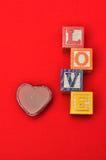 Valentine& x27 ; jour de s Amour écrit avec les blocs colorés d'alphabet Image stock