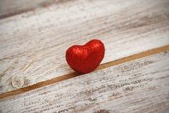 Valentine& x27 ; jour de s Concept d'amour et de coeur Coeur rouge sur noir et blanc en bois Fond D'isolement Photos stock