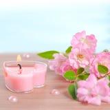 Valentine-kaart van roze hart gevormde kaars, parelparels en bouq Stock Afbeeldingen