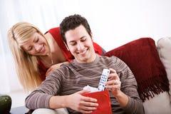 Valentine : L'homme obtient le cadeau d'extérieur de TV Photographie stock