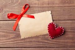 Valentine Letter vazio no fundo de madeira Imagem de Stock Royalty Free