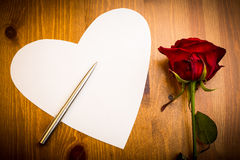 Valentine Love Heart Shaped Note con Pen And Rose Imagenes de archivo