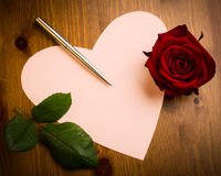 Valentine Love Heart Shaped Note mit Pen And Rose Lizenzfreie Stockfotos
