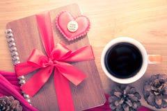 Valentine ou thème d'amour, coeur de feutre et fait avec le bouton SI d'amour Images libres de droits