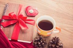 Valentine ou thème d'amour, coeur de feutre et fait avec le bouton SI d'amour Photos stock