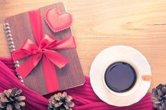 Valentine ou thème d'amour, coeur de feutre et fait avec le bouton SI d'amour Photographie stock libre de droits