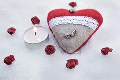 Valentine Plush Heart With romântico um coração voado do metal no gelo além de uma luz calma do chá cercada por Rose Bloom Fotos de Stock Royalty Free